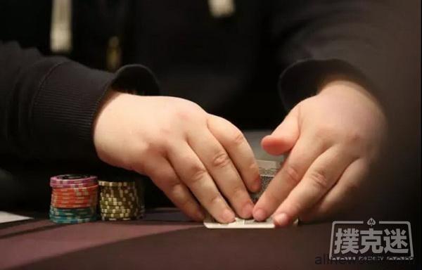 打德州扑克时同花连张和小对子之前你考虑筹码量了吗