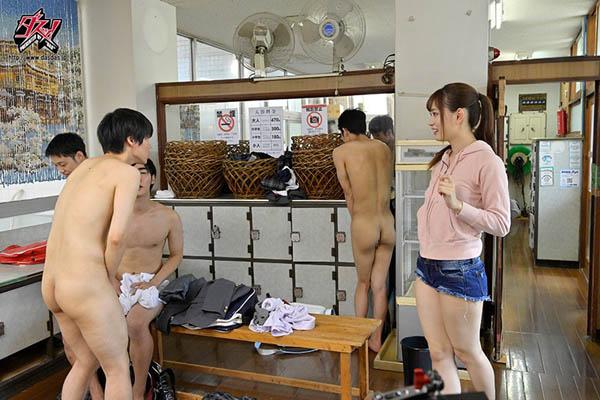 澡堂千金「美谷朱里」善心和欲望一起爆发 高中生排队让她破处