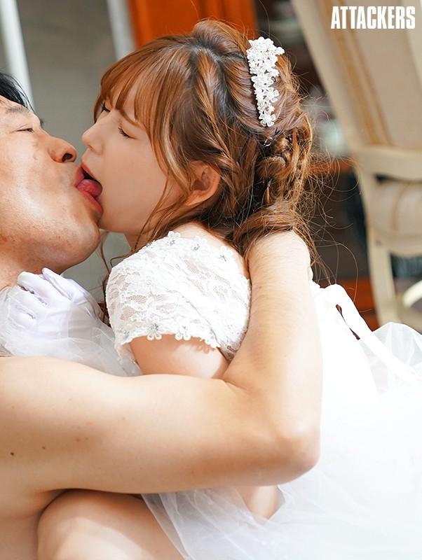 新嫁娘「明里つむぎ」婚礼一结束就被公公侵犯 老公渐渐无法满足她