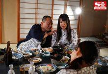 """母亲再婚!巨乳女儿""""夕美しおん""""首次与继父家族旅游 不幸在温泉池中遭遇近亲相奸-蜗牛扑克官方-GG扑克"""