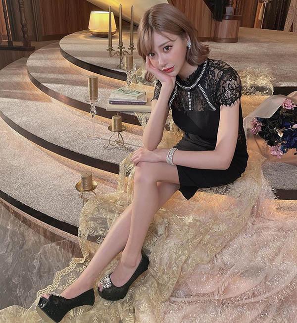 """5万粉丝暴动!""""明日花绮罗""""性感蕾丝小洋装秀美腿高跟鞋,问粉丝:想被踩吗?"""